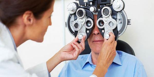 Định kỳ khám mắt thường xuyên để loại bỏ yếu tố làm tăng nguy cơ đục thủy tinh thể
